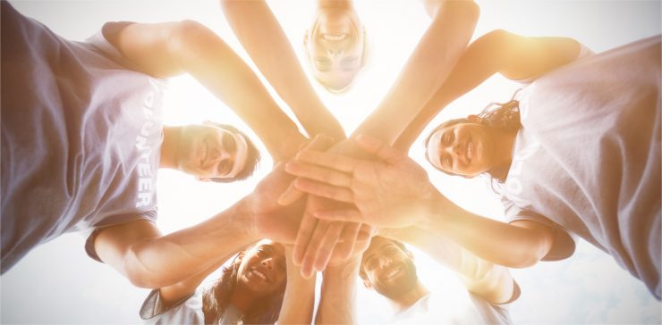 אנשים מחזיקים ידיים