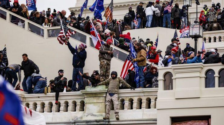 תומכי טראמפ מסתערים על הקפיטול במחאה על נצחונו של ביידן. צילום: AFP